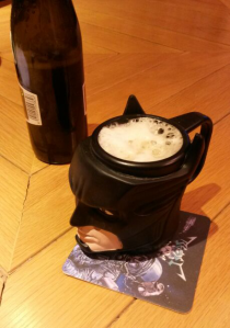 Resulta que Dani tiene la taza de Batman y la usa para beber birra. ¡Ojo al posavasos!